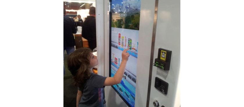 智慧型自動販賣機配備可支援娛樂體驗的數位顯示器