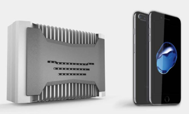 控制器机壳与 2 部手机的大小进行比较