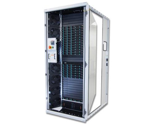 放置机架服务器的 Zeus 高性能机柜图像