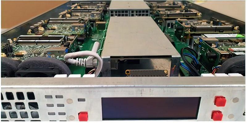 單一伺服器中採用 8 個 Intel NUC 主機板的 ComBox 伺服器。